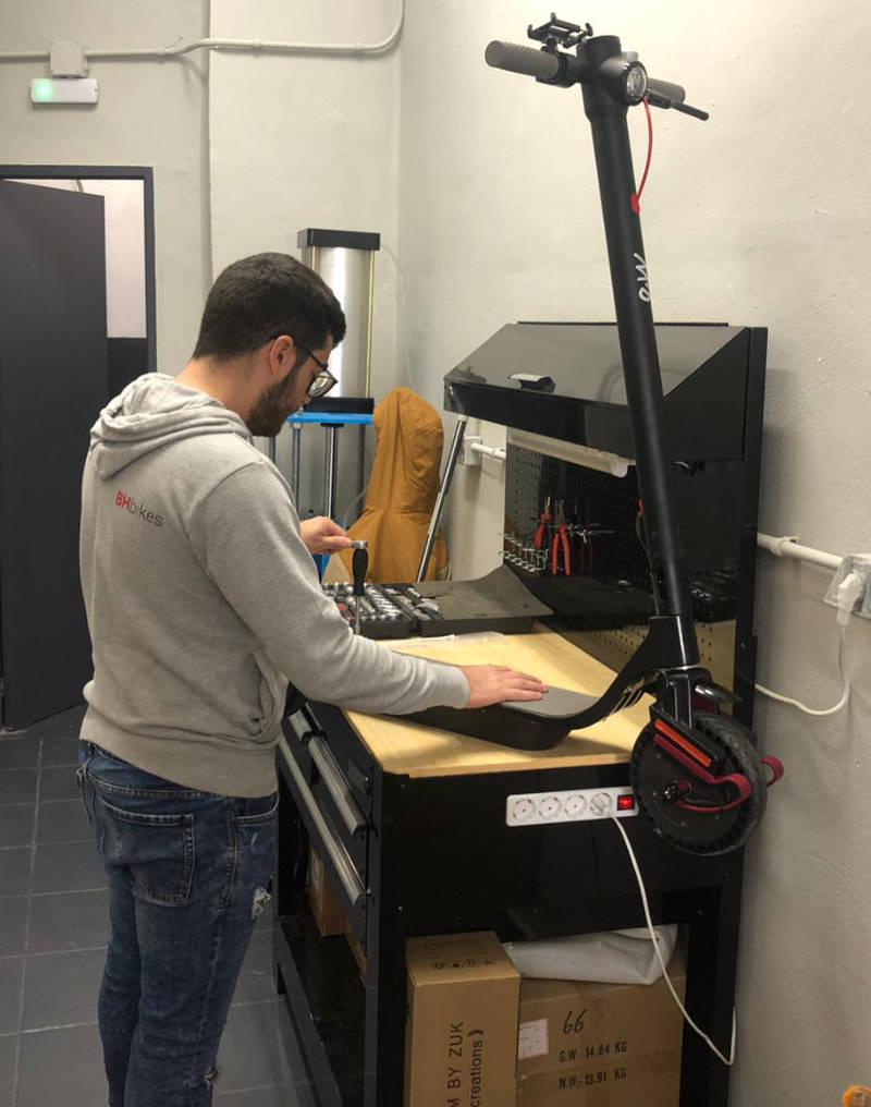 reparando patinete electrico en taller valencia